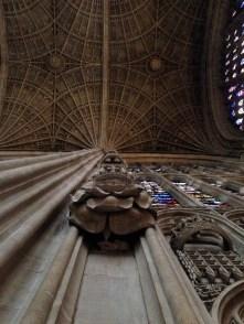 La rose des Tudors en face, à droite, la herse surmontée de la couronne