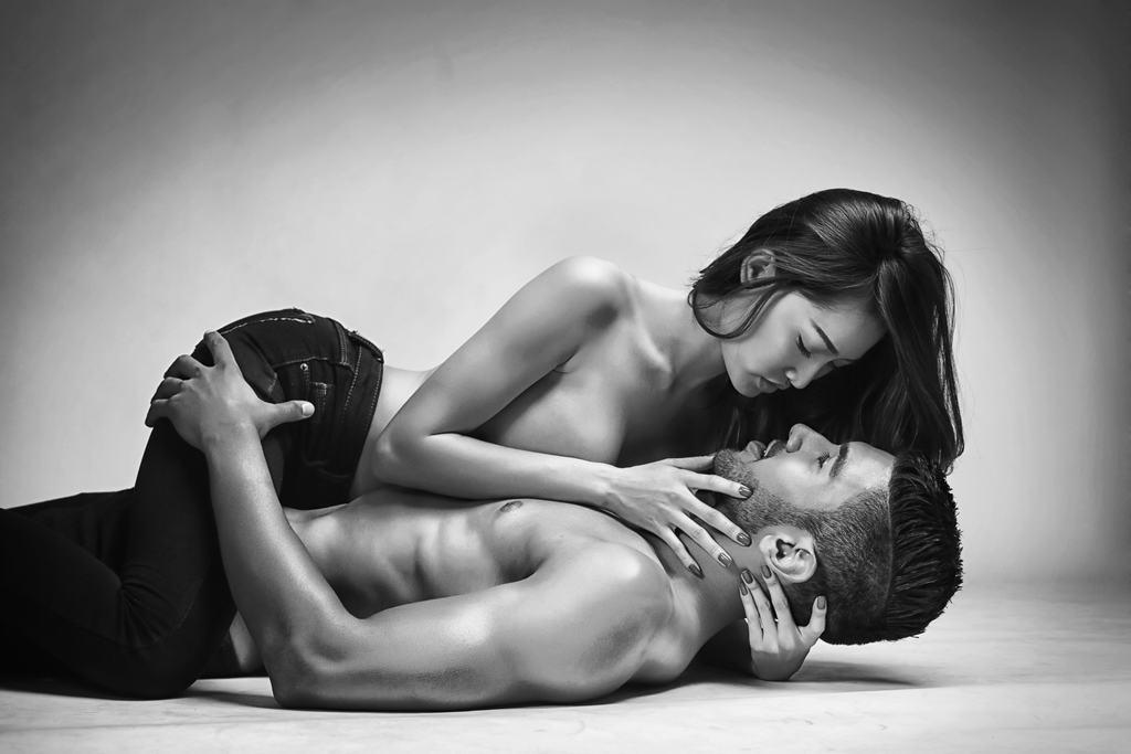Bộ ảnh bán nude ấn tượng cùng mẫu Tây của Ngọc Hà