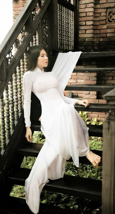 Bộ ảnh nữ sinh gợi cảm với áo dài và mưa
