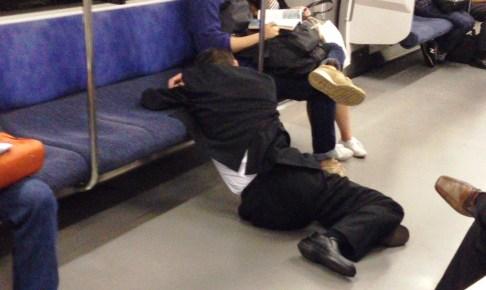 電車に倒れ込む男性