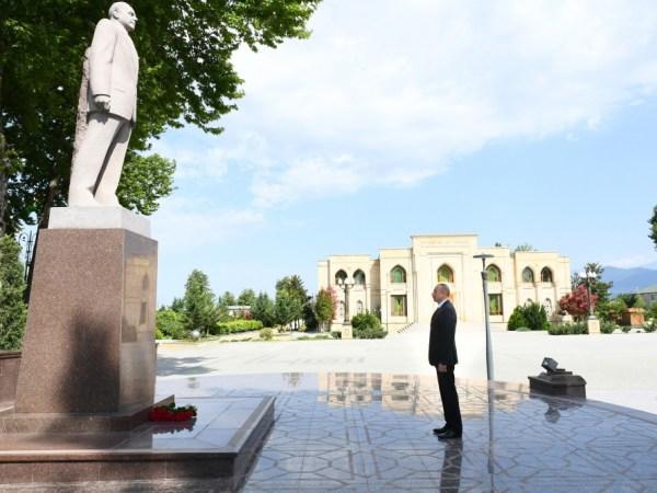 Ильхам Алиев посетил памятник Гейдару Алиеву в ...
