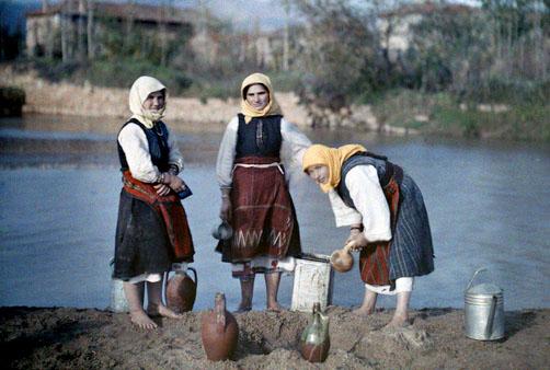Γυναίκες φιλτράρουν ποταμίσιο νερό και το κάνουν πόσιμο, κοντά στα σύνορα με τη Γιουγκοσλαβία.