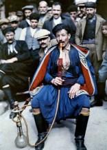 Άνδρας με τοπική ενδυμασία καπνίζει ναργιλέ στην Κρήτη