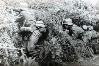 Γερμανοί στρατιώτες μάχονται κοντά στα Χανιά.