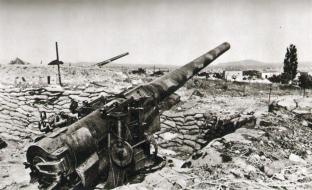 εγκαταλελειμμένα από τους Βρετανούς μεγάλα 'τοπομαχικά' πυροβόλα στα Λενταριανά. Τα πυροβόλα αυτά είχαν αποστολή να χτυπήσουν τον εχθρό στον βόρειο άξονα δυτικά της πόλης και μπορούσαν να καταστρέψουν το αεροδρόμιο. Δε χρησιμοποιήθηκαν, αντ' αυτού παραδόθηκαν άθικτα στα χέρια των Γερμανών, που τα κράτησαν μέχρι το τέλος της κατοχής...