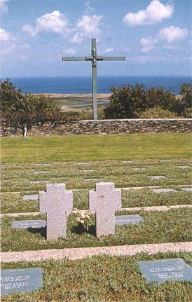 Το γερμανικό νεκροταφείο. Συνολικά στο νεκροταφείο αυτό βρίσκονται θαμμένοι 4465 Γερμανοί στρατιώτες. Στο βάθος διακρίνεται το αεροδρόμιο το Μάλεμε.