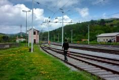 Des voies de chemin de fer, entre la ville et la forêt, à Postojna