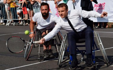 Macron en fauteuil