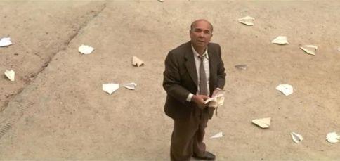 Fin du film Les choristes dans lequel Clément Mathieu joué par Gérard Jugnot lève les yeux vers nous, en hauteur, des avions en papier dans les mains (le sol en est jonché)
