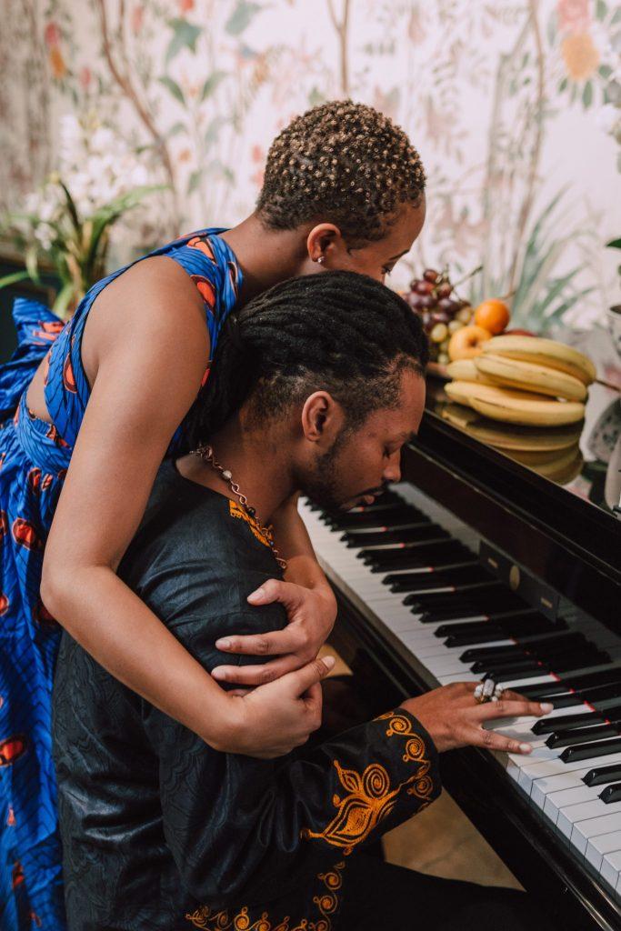 Un couple amoureux jouant du piano