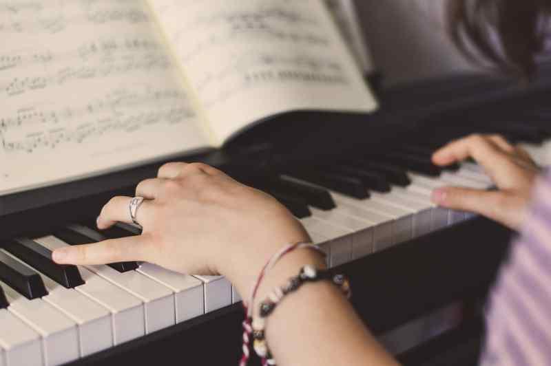 pianiste déchiffre une partition de piano