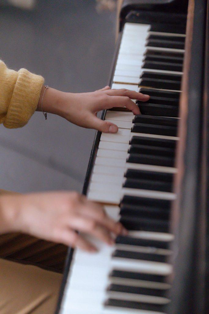 Mains sur le clavier d'un piano