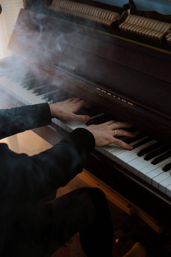 Mains d'homme jouant du piano