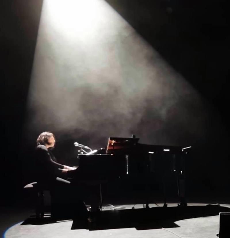 Marilou Nézeys joue du piano