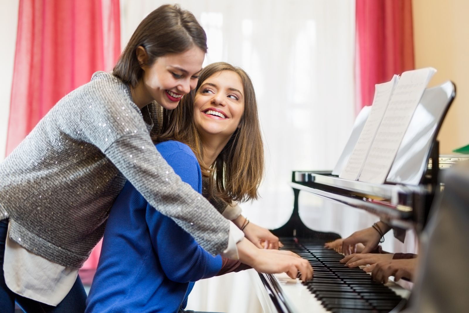 Deux pianistes lisent une partition de piano