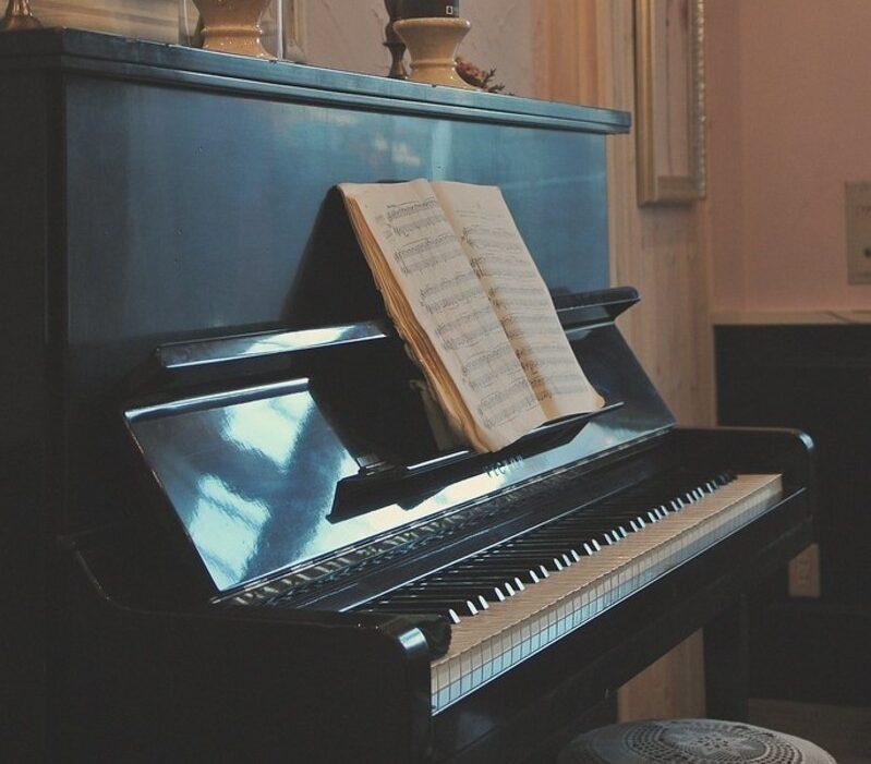 Le piano droit, un exemple de piano acoustique
