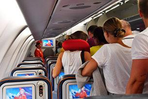 """Пассажиры выходят из самолета авиакомпании """"Аэрофлот"""""""