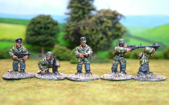 German paras Cmnd & light machine guns.