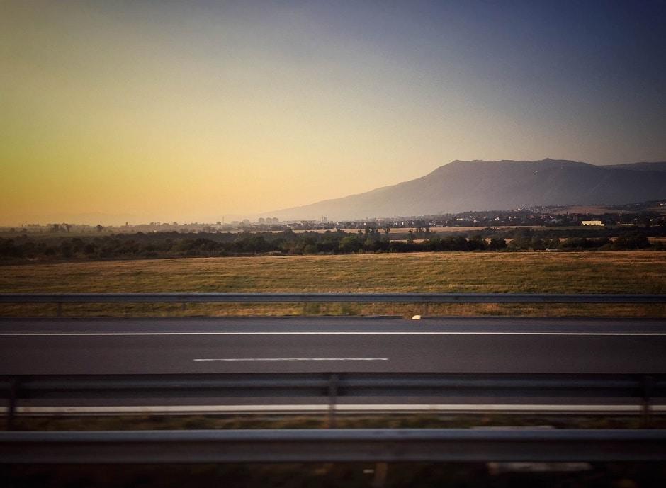 Im Sonnenaufgang unterwegs von Sofia nach Skopje: Auch wir von 1 THING TO DO nutzen gerne Verkehrsmittel ohne Turbinen.