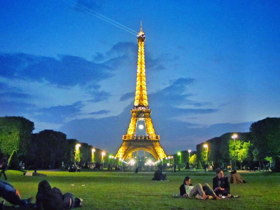 """""""Muddern"""" allein auf dem Champ de Mars. Mit Blick auf den Eiffelturm wartete ich auf ein Zeichen meines Mannes."""