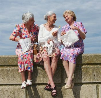 700-00606955 © Masterfile Model Release: Yes Property Release: No Model Release Women Eating Lunch on Brick Wall