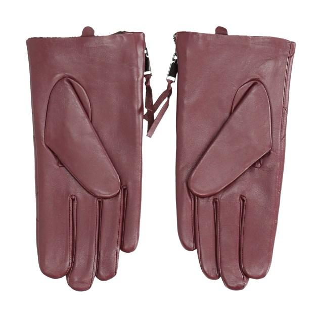 Dámské kožené rukavice ve vínovém odstínu zdobí prošívání. Na bocích jsou  efektní zipy ee3d896776