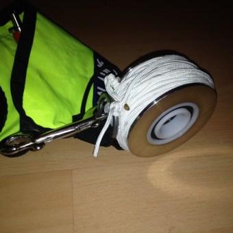"""""""Nur"""" noch ein paar Meter Seil aufwickeln, Boje und Trommel mit einem nicht rostenden Doppelkarabiner sichern. Fertig ist das kleine, handliche, aber robuste Bojenwheel!!!"""