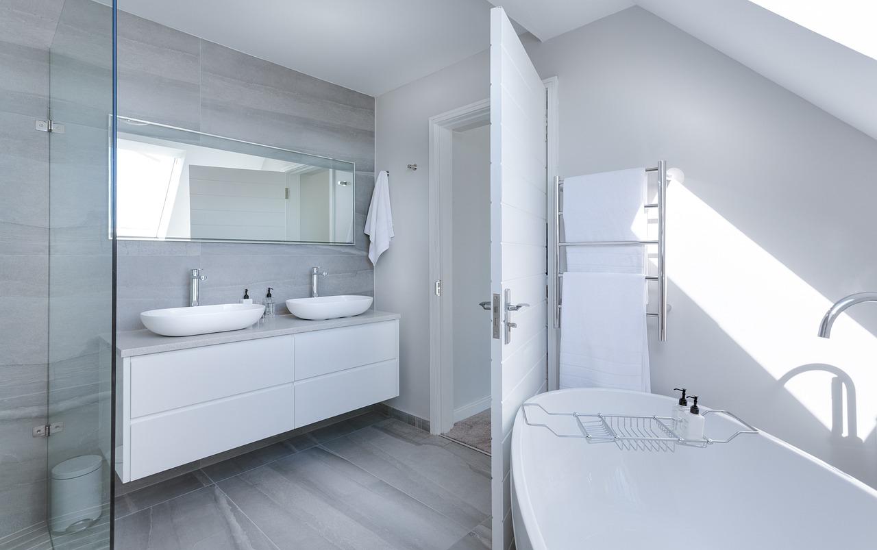 Qu'est-ce qu'une salle de bain privative, commune ou attenante