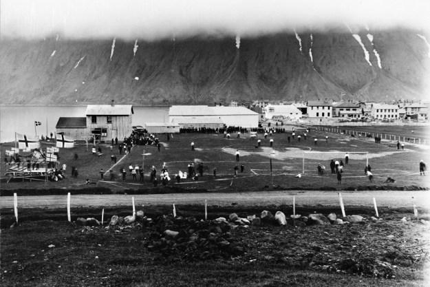 Knattspyrnuleikur á Hrossataðsvöllum á Ísafirði um 1925