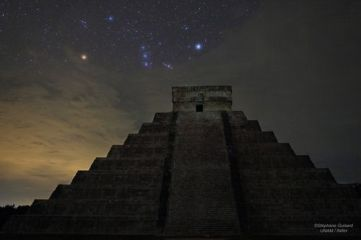 Orion y Sirio sobre templo Kukulkan Chichen Itza Mexico