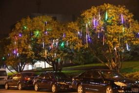 In den Straßen Bäume mit herablaufenden Farbspielen