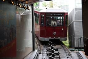 Die Peak Tram fährt in die Talstation