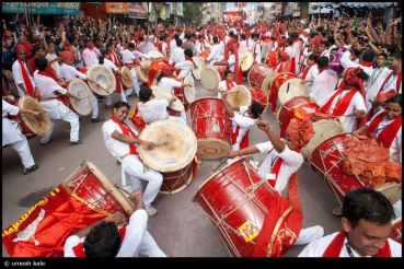 Dance-with-drums-during-Ganesha-Festival