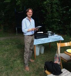 Bei der Vorbereitung des Redaktionsgrillens im Sommer