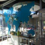 Weltkarte im Bistrobereich eines Reiseveranstalters