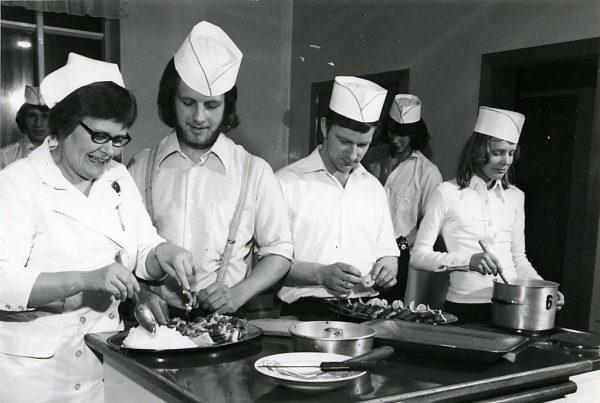 Hjördís Hjörleifsdóttir, kennari við Húsmæðraskóla Ósk, leiðbeinir verðandi matsveinum á matreiðslunámskeiði í kringum 1975.
