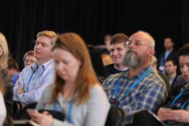 Le public écoute une conférence à FWD50