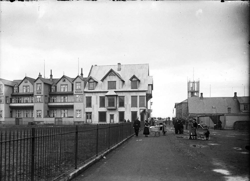 Lögregluþjónn á vaktinni í Pósthússtræti um 1910-1920. LR MAÓ 200.