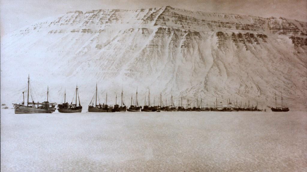 Pollurinn ísi lagður í ársbyrjun 1918, séð frá Kirkjubólshlíð. Ljósm. óþ.