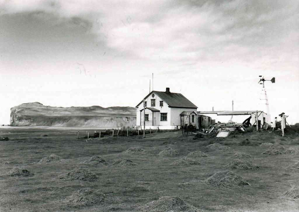 Bær á Höfðaströnd. Þórðarhöfði í baksýn. Úr safni HSk.