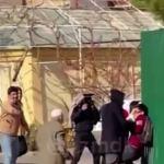 映画の撮影中だとわからずにいじめられている青年を助け出そうとした老人 撮影中断するも現場は爆笑