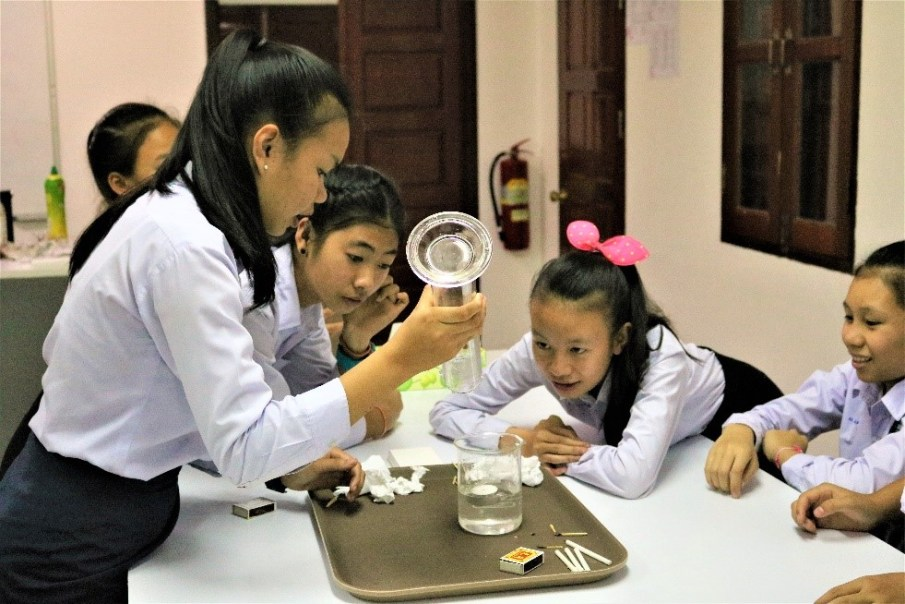Interested pupils amazed by the experiment