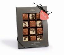 Para os filhos que desejam contar às mães que as amam mais que o chocolate, esta é a opção ideal. Além da mensagem divertida, traz bombons de chocolate ao leite com recheios nos sabores brownie e tiramisù. A partir de R$ 24,90.
