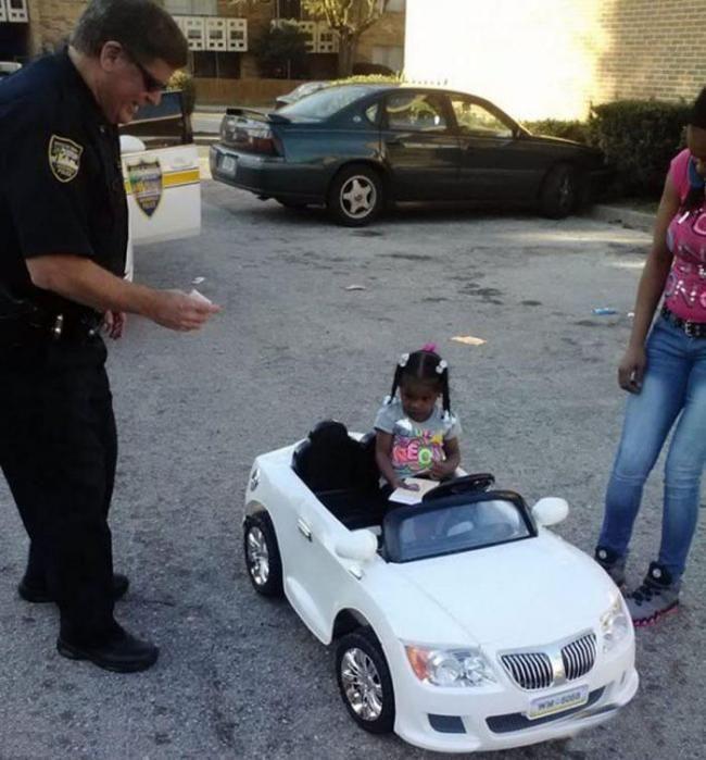 美2岁女童驾玩具车被追捕 超速被罚4美元