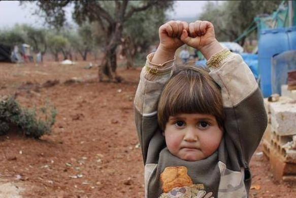 面对相机 叙利亚战地女童竟然如此反应