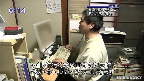 为何屏幕有打码 这位大叔究竟在玩什么游戏(图片来源于网络)
