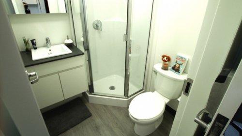 华人装修师朱丁凯在女客户浴室偷装摄像头。(网络图片)