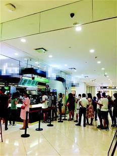 图为:银泰创意城一家网红奶茶店前排起长队