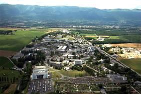 CERN, největší světové centrum částicové fyziky, je zkratka francouzského názvu Centre European pour Recherche Nucleare, čili Evropské centrum pro jaderný výzkum, nacházející se na okraji švýcarské Ženevy. Právě za několik dní, 29. října 2004, uplyne 50 let od založení CERNu. Redakce 21. STOLETÍ měla exkluzivní možnost nahlédnout do zákulisí této vědecké instituce a podívat se zblízka do míst, ve kterých se možná rodí budoucnost lidstva.