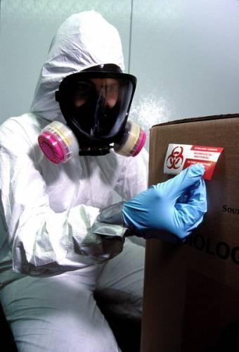 Útok virem pravých neštovic by mohl způsobit katastrofu nebývalých rozměrů. Umíme se bránit?Po 11. září 2001 zachvátily svět obavy z možných útoků pomocí biologických zbraní. Hrozba se zdála ještě větší po sérii útoků antraxem ve Spojených státech. Vlády řady zemí světa reagovaly rozsáhlými objednávkami léku Cipro, který pomáhá při napadení antraxem, a zároveň zajistily milióny dávek vakcín proti pravým neštovicím.